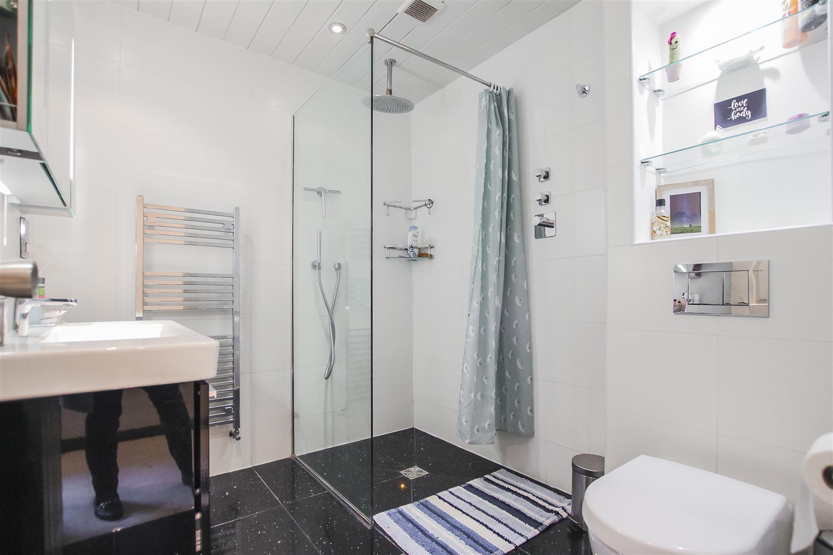 6 Bedroom Detached House For Sale - Bedroom Three En-suite